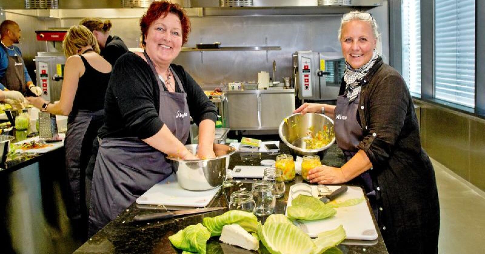 Lager surkål: Sofia Edback (til høyre) har planer om kafé med egen produksjon fra hagen. Kokk Heidi Netland Berge vil ta kunnskapen med hjem, og ut til bøndene i konsulentjobben. Alle foto: Solfrid Sande