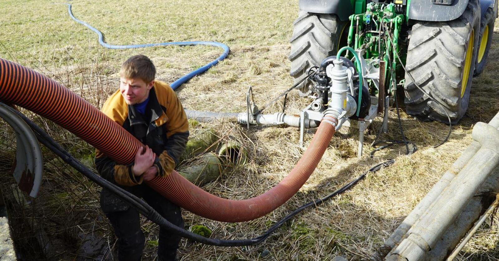 Leiekjøring: Mikal Daehlie Unnerud driver med leiekjøring i Østfold og Follo og var en av entreprenørene vi skrev om i 2020. Han mener tilskuddsordningen til miljøvennlig gjødselspredning dekker det meste av kostnadene ved å leie inn entreprenør til å spre blautgjødsla med slange- og stripespreder. Arkivfoto: Norsk Landbruk