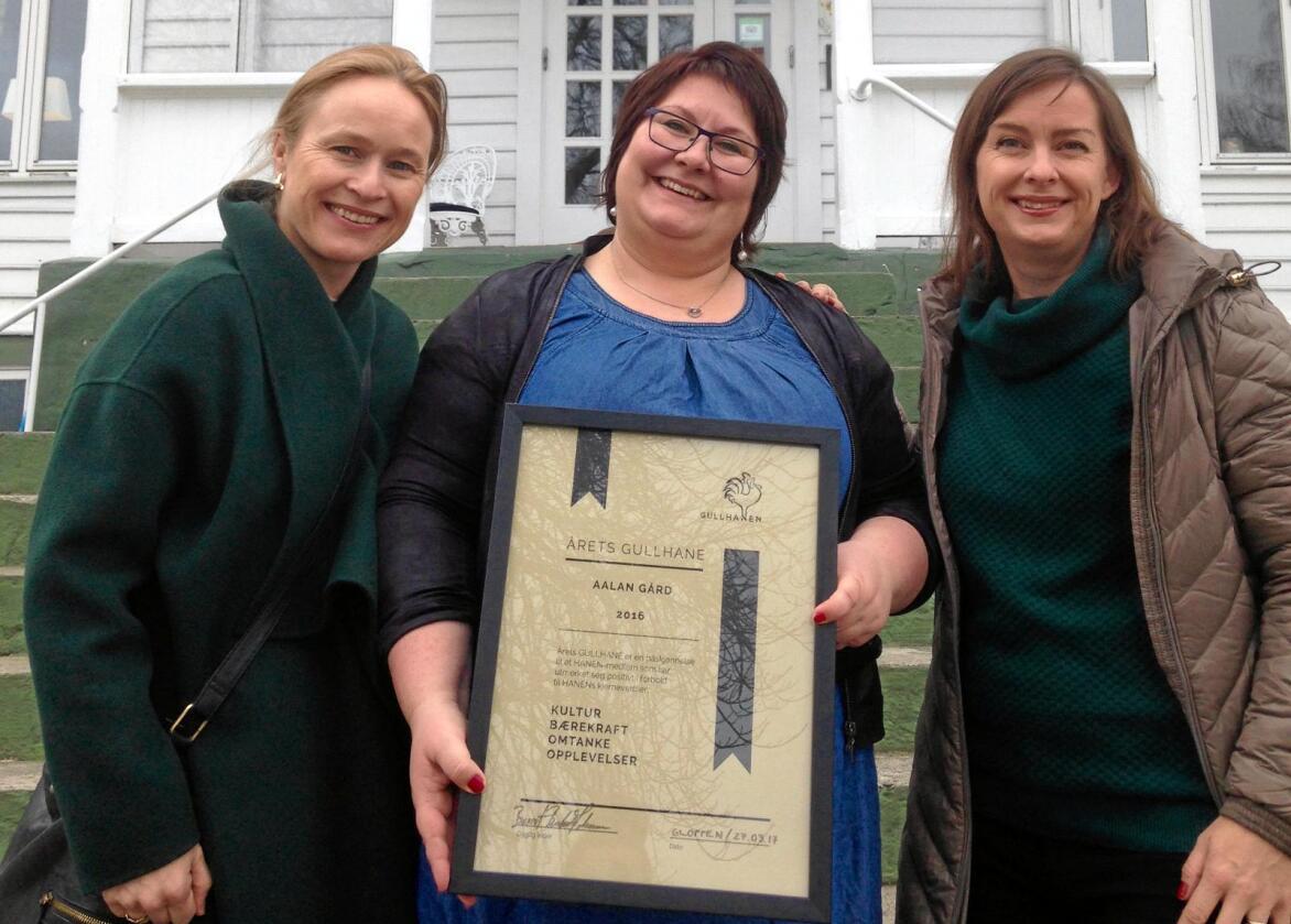 Lene-Mari Åland (i midten) ble rørt da hun på vegne av familien fikk overrakt Årets GullHane av Irene Halvorsen (t.v.) og Christine Baglo. Foto: Hanen