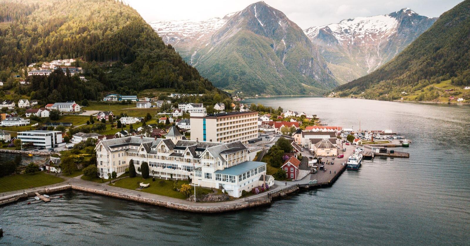 Kviknes Hotel i Balestrand førebur seg no på ta i mot nordmenn i sommar. Foto: Kviknes Hotel