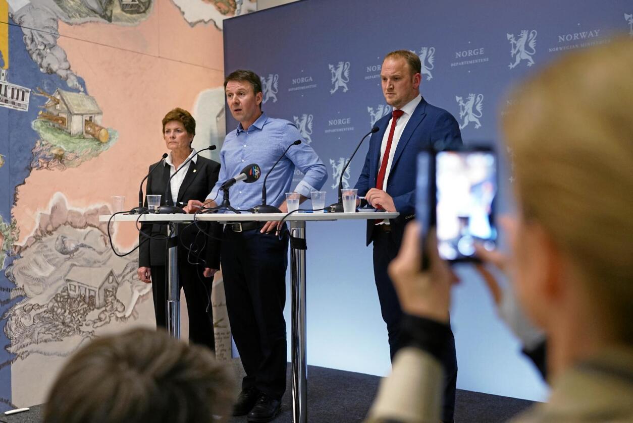 I fjor: Her er Merete Furuberg, Lars Petter Bartnes og Jon Georg Dale under fjorårets forhandlinger. Foto: Ketil Blom Haugstulen