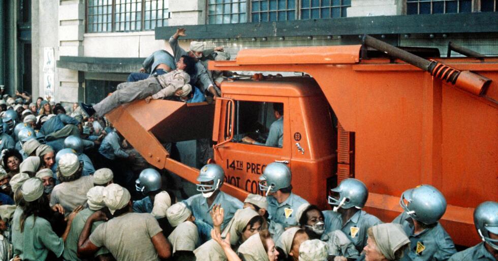 """Soylent Green: Bilete frå filmen """"Soylent Green"""" der folk som gjer opprør blir skuffa vekk av politiet. Foto: MGM / Kobal /REX NTB scanpix"""