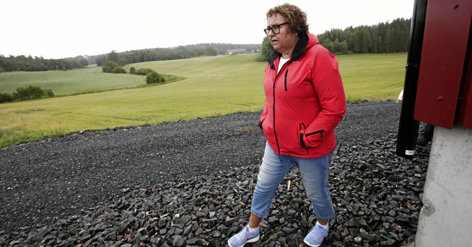 Landbruks- og matminister Olaug Bollestad (KrF) under besøket i Østfold tidligere i uken. I stedet for å legge ansvaret på lokalpolitikerne, bør hun ordne opp i jordvernet selv, mener Sps Geir Pollestad. Foto: Vidar Ruud / NTB scanpix.