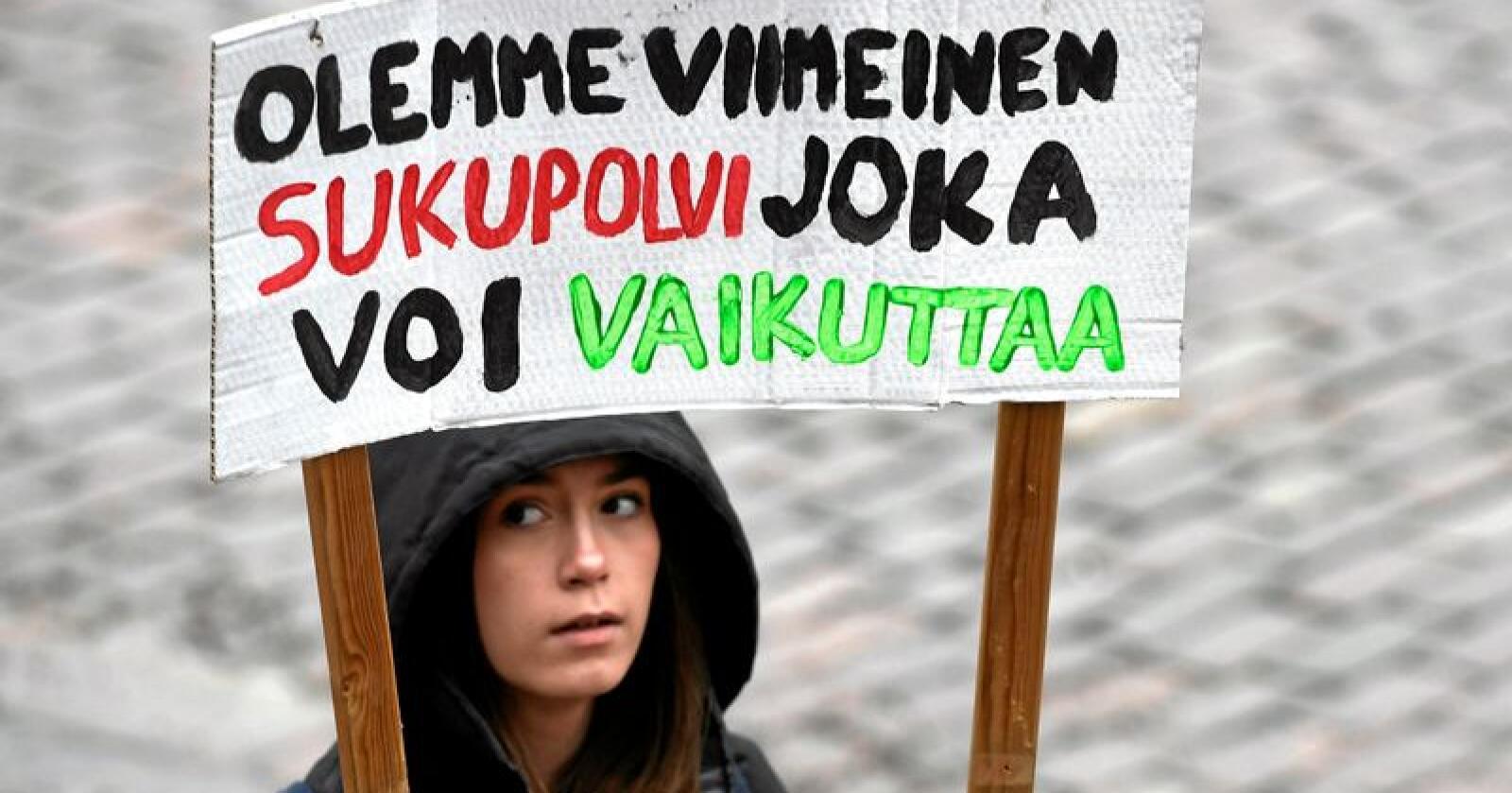Klimaspørsmål kan prege søndagens valgresultatet i Finland. 15. mars demonstrerte finsk ungdom i Helsingfors. Den unge demonstrantens plakat har påskriften «Vi er den siste generasjonen som kan påvirke». Foto: Heikki Saukkomaa / Lehtikuva / AP / NTB scanpix