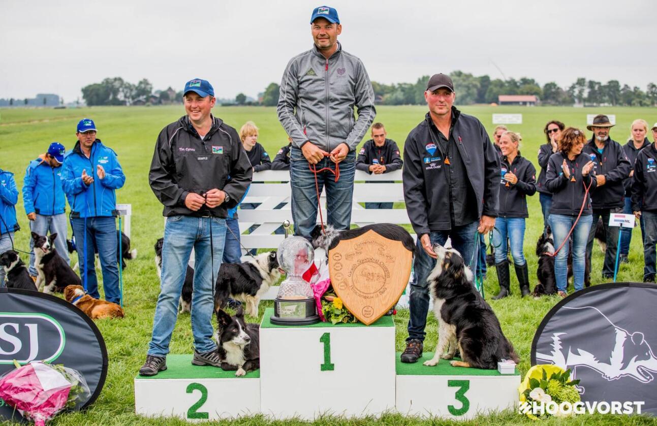 Historisk: Jaran Knive og hunden Gin er den første ekvipasjen utenfor de britiske øyene noensinne har vunnet VM i bruk av førerhund. Fra venstre Kevin Evans, Jaran Knive og Serge van der Zweep. (Foto: Hoogworst Photography)