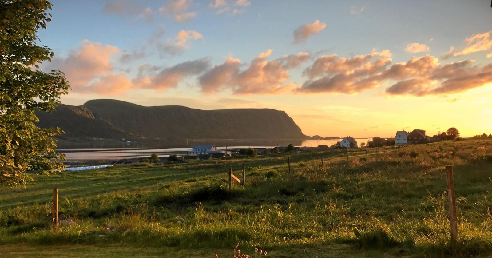 Her utsikt frå Skuløya mot Haramsøya, der vindkraftutbygginga er planlagt. Øyane blir landfaste når utbygginga av fastlandssambandet Nordøyvegen blir ferdig.