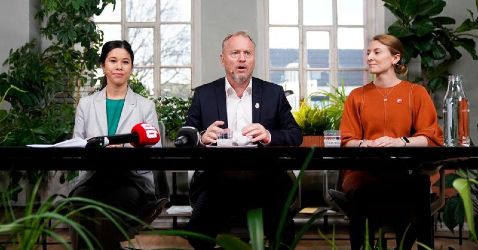 Lan Marie Berg (fv.) fra Miljøpartiet De Grønne, Raymond Johansen fra Arbeiderpartiet og Sunniva Holmås Eidsvoll fra Sosialistisk Venstreparti under pressekonferansen om byrådsforhandlingene i Oslo. Foto: Håkon Mosvold Larsen / NTB scanpix