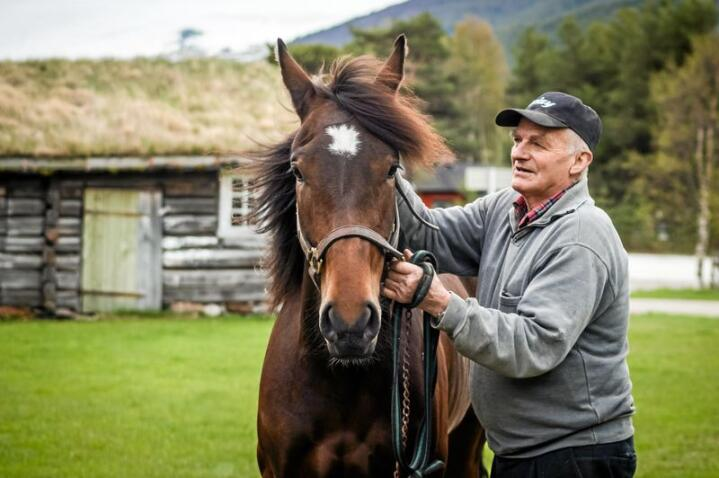 Kaldblodsfenomenet Lannem Silje og eier Ola Skrugstad på Dovre. Lannem Silje ble også kalt «Dronninga fra Dovre» på grunn av sine fenomenale prestasjoner. Foto: Eirik Stenhaug/Equus Media