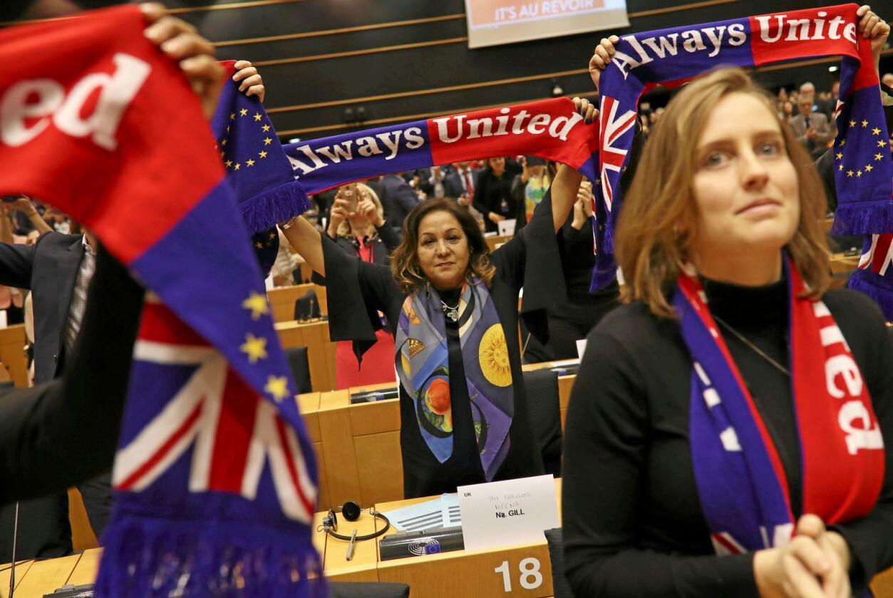 «Sammen for alltid» sto det på skjerfene som noen av de britiske EU-parlamentarikerne hadde på seg. Foto: Francisco Seco / AP / NTB scanpix.