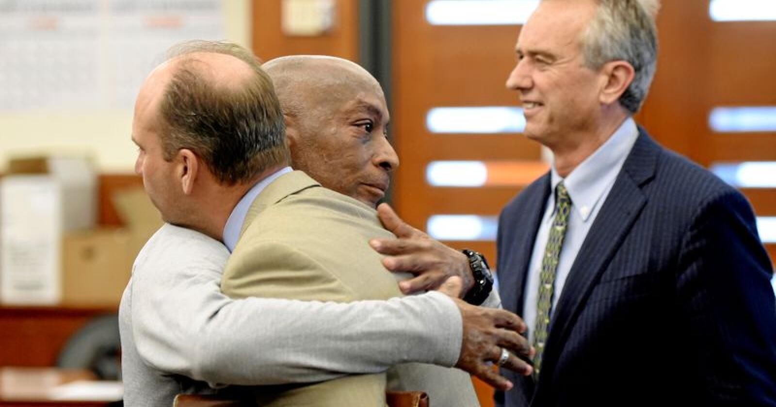 Dewayne Johnson (i midten), her sammen med to av sine advokakter, etter at dommen i saken hans mot Monsanto ble lest opp i retten i San Francisco tredag 10. august. Foto: Josh Edelson /Pool Photo / AP / NTB scanpix