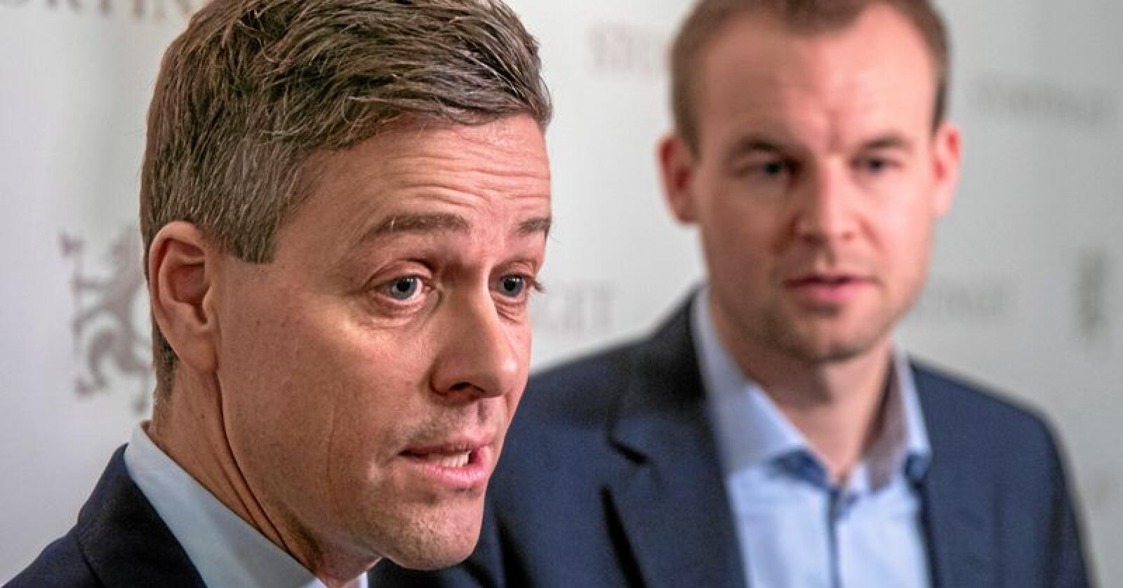 KrFs vararepresentant for Stortinget melder seg ut av KrF og inn i Senterpartiet. På bildet er Knut Arild Hareide (tv) og Kjell Ingolf Ropstad. Foto: Ole Berg-Rusten / NTB Scanpix