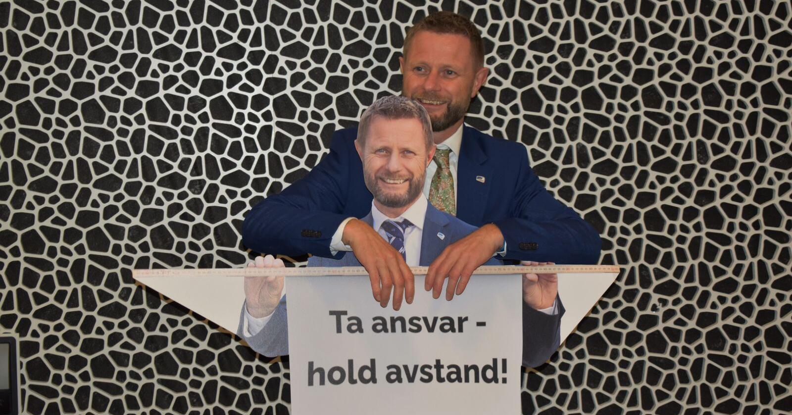 Bent Høie og Bent Høie passer på at deltagerne på Høyres landsmøte respekterer meteren. Foto: Henrik Heldahl