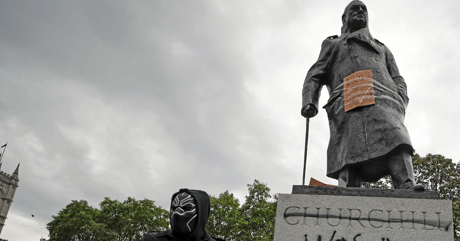 Vi krever statuer fjernet når de representerer mennesker som forsvarte kolonivesenet eller investerte i slavehandel, men er lite opptatt av at vår egen rikdom også bygger på undertrykkelse og utbytting, skriver  Ole-Jacob Christensen. Bildet er fra London tidligere i juni. Foto: Frank Augstein / AP / NTB scanpix