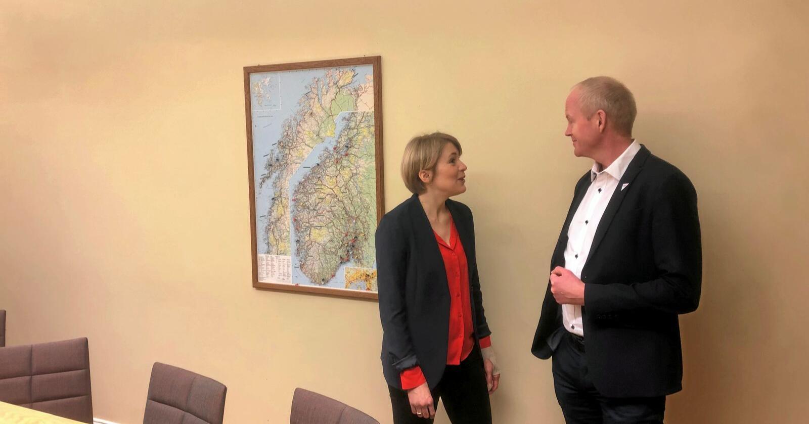 Kari Kaski og Lars Haltbrekken mener vindkrafta må eies og forvaltes av det offentlige, men møtes med kald skulder av Sp og Ap. Foto: Sivert Rossing