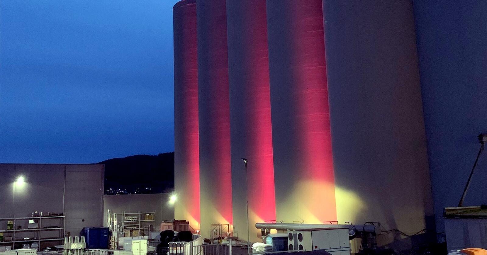 ROSA I STEINKJER: Kornsiloen ved anlegget til Felleskjøpet i Steinkjer skinner i rosa i oktober. Neste måned blir det blå farge. (Foto: Felleskjøpet Agri)