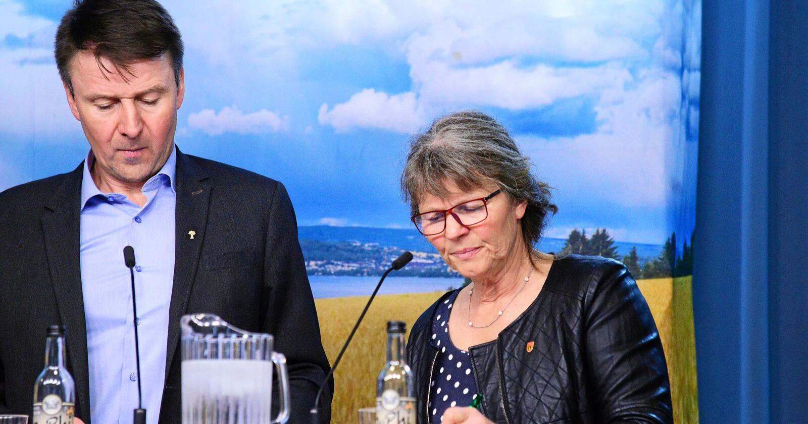 Lars Petter Bartnes, leder i Norges Bondelag og Kjersti Hoff, leder i Norges Bonde- og Småbrukarlag. Foto: Siri Juell Rasmussen