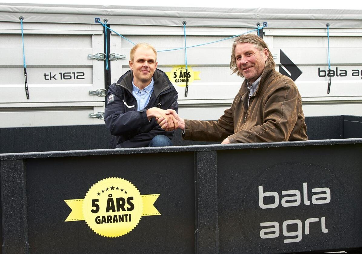 A-K maskiner er ny norsk eneimportør av Bala Agri tilhengere i Norge, hengere som for noen år tilbake ble solgt av Lantmännen under navnene Gisebo og Husqvarna. Her står de nye samarbeidspartnerne representert ved A-Ks markedsdirektør Håvard Brynjulvsrud (t.h) og adm. direktør Kristian Jonsson I Bala Agri. (Foto: A-K maskiner)