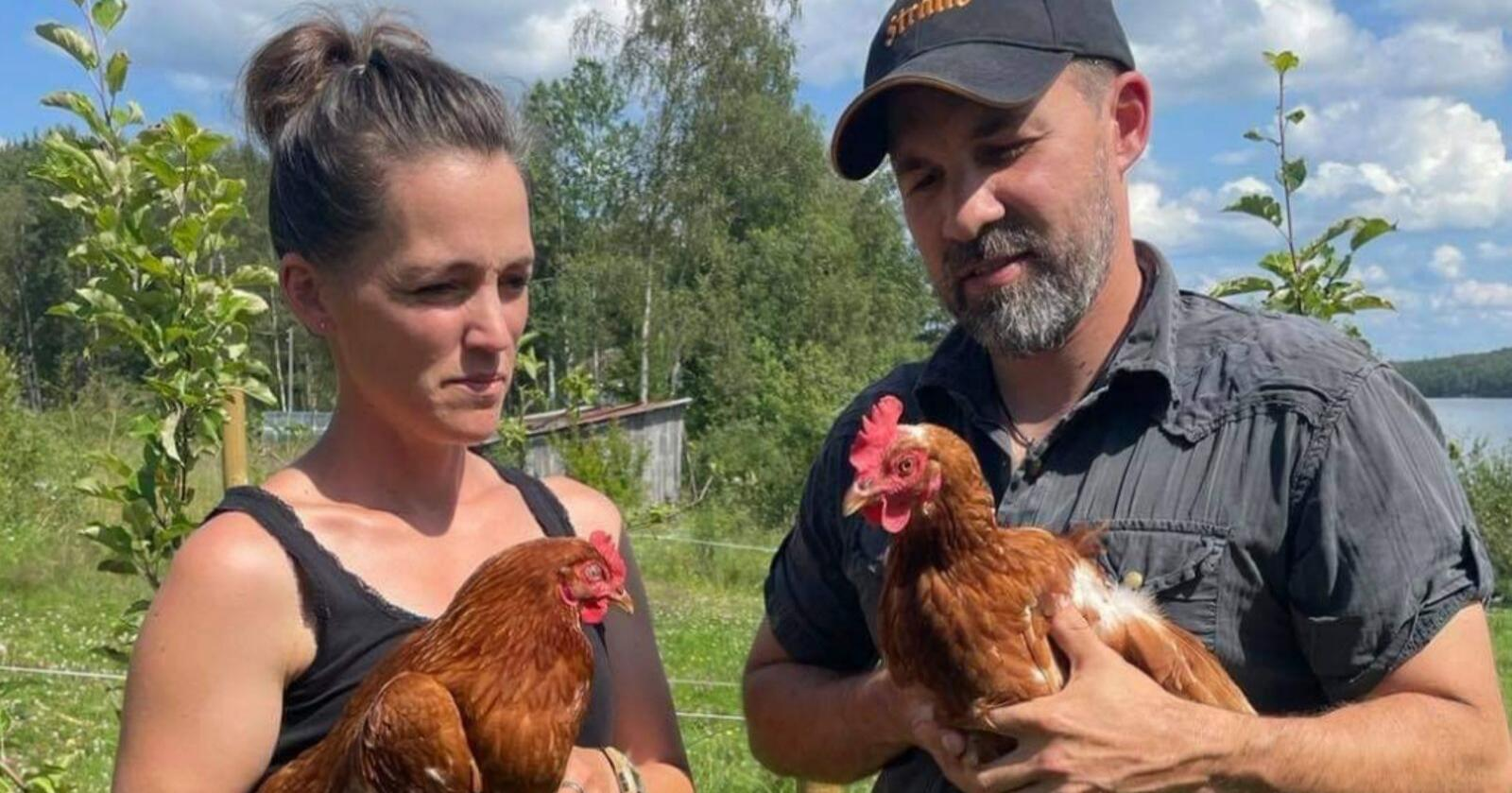 Johannes Hvaal Solberg saman med kollega Camilla Watvedt som også har frie utegåande høner. Foto: Privat