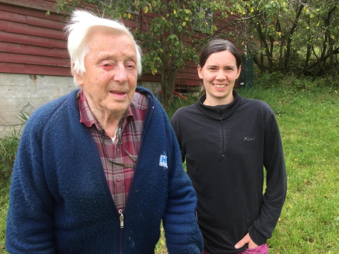 Vidar Eide (103) i Tørvikbygd har kombinert gardsdrift med båtbyggjing. Dei to siste båtane bygde han etter han fylte 100 år. No driv barnebarnet Britt Eide (t.h.) garden. Britt har mjølkekvote på 160 tonn.