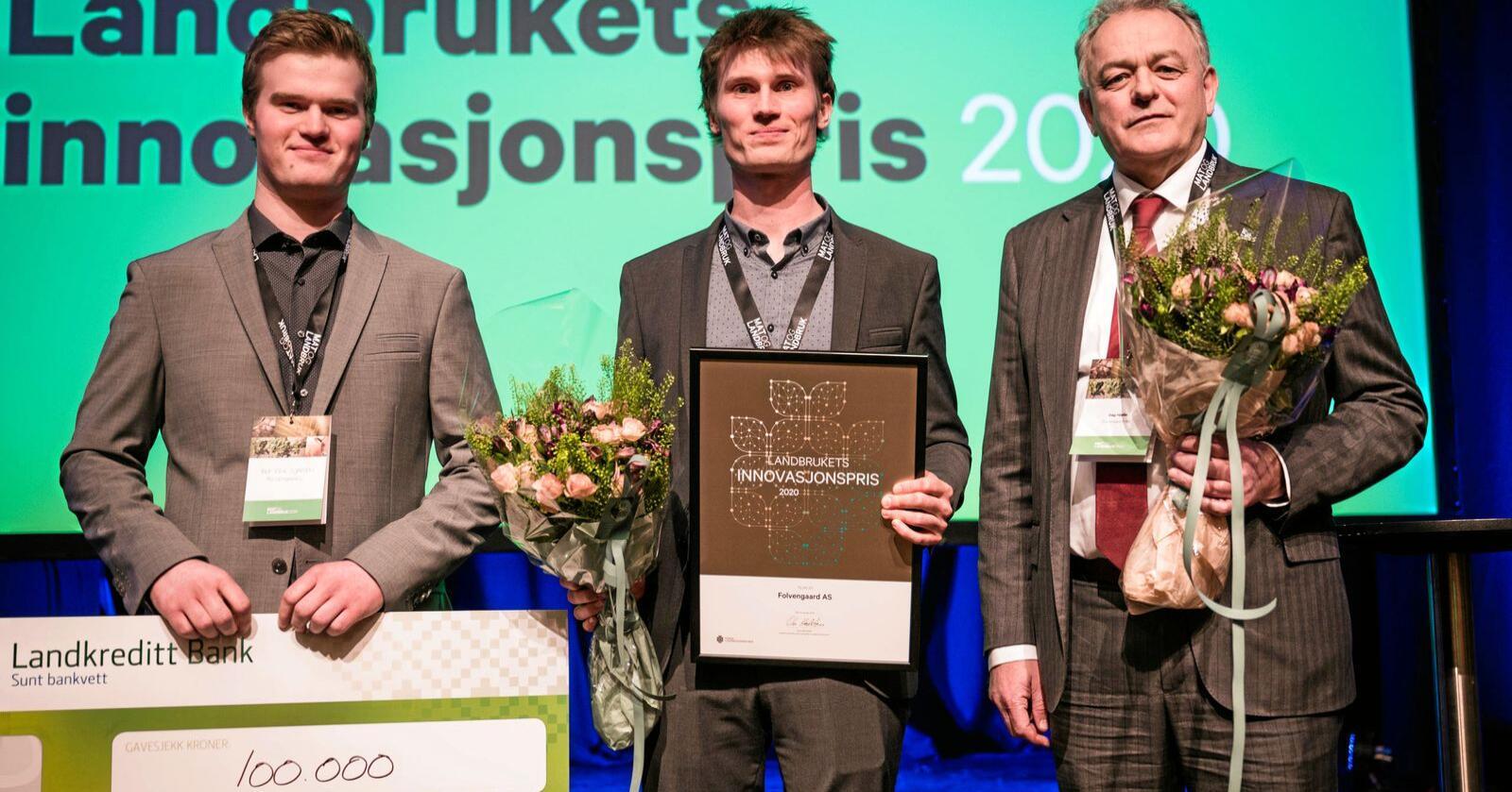 Brørne Alf Erik Gjørven og Rolf Olav Gjørven saman med Dag Hjelle er vinnarane av Landbrukets innovasjonspris, som er på 100.000 kroner. Foto: John Trygve Tollefsen / Norsk landbrukssamvirke.