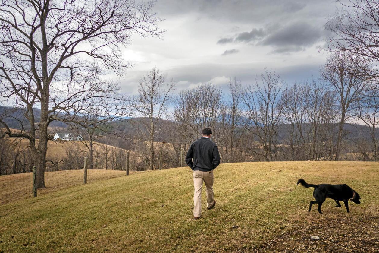Sliter: Amerikansk landbruk har inntektsproblemer. Samtidig sliter eiendomsmeglere som Will Moore (bildet) med å omsette jord i bygdeamerika. Foto: Preston Keres / USAs landbruksdepartement