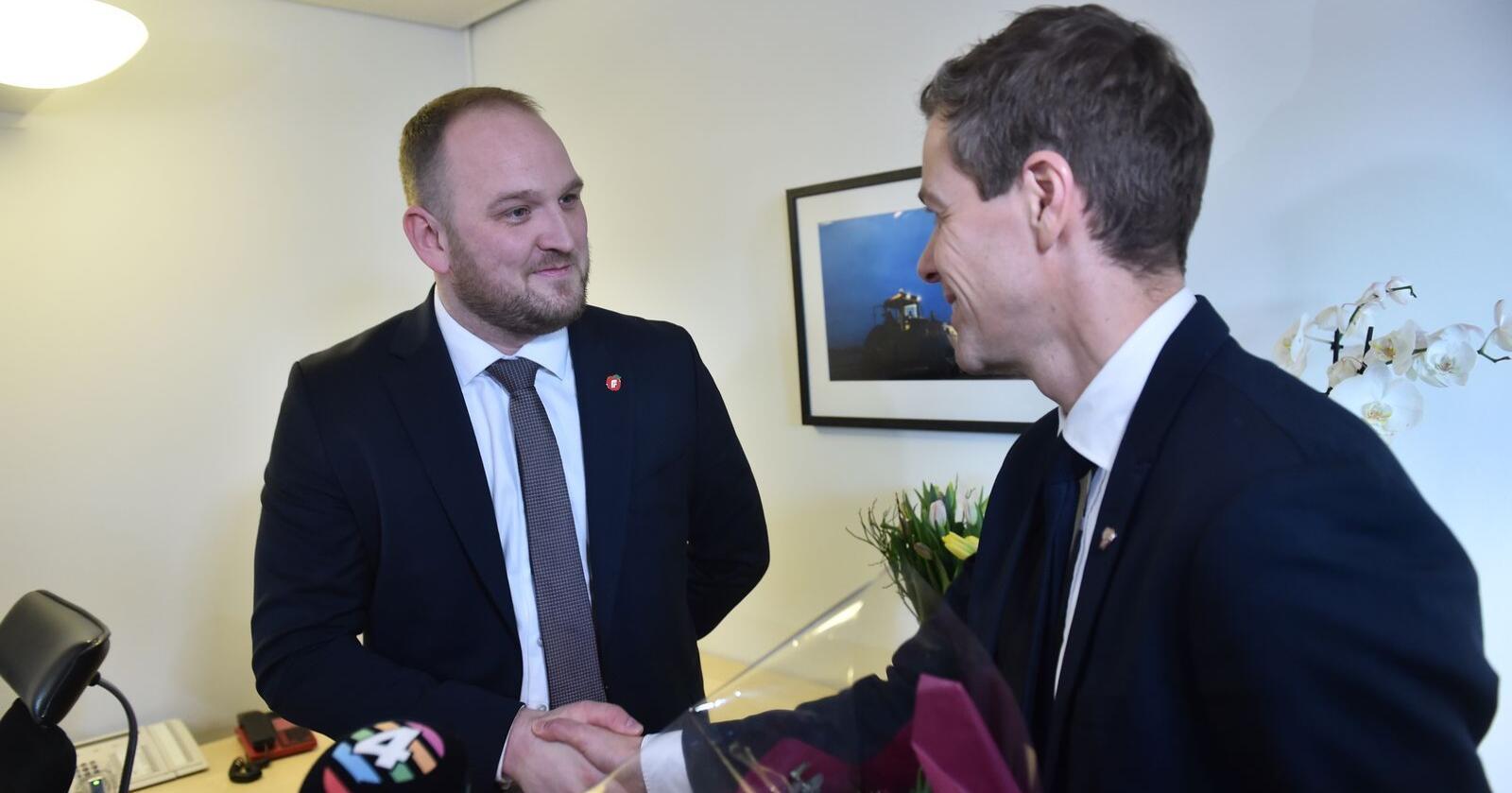 Nøkkeloverrekkelse i samferdselsdepartementet mellom Jon Georg Dale og Knut Arild Hareide i Oslo. Foto: Fredrik Varfjell / NTB scanpix