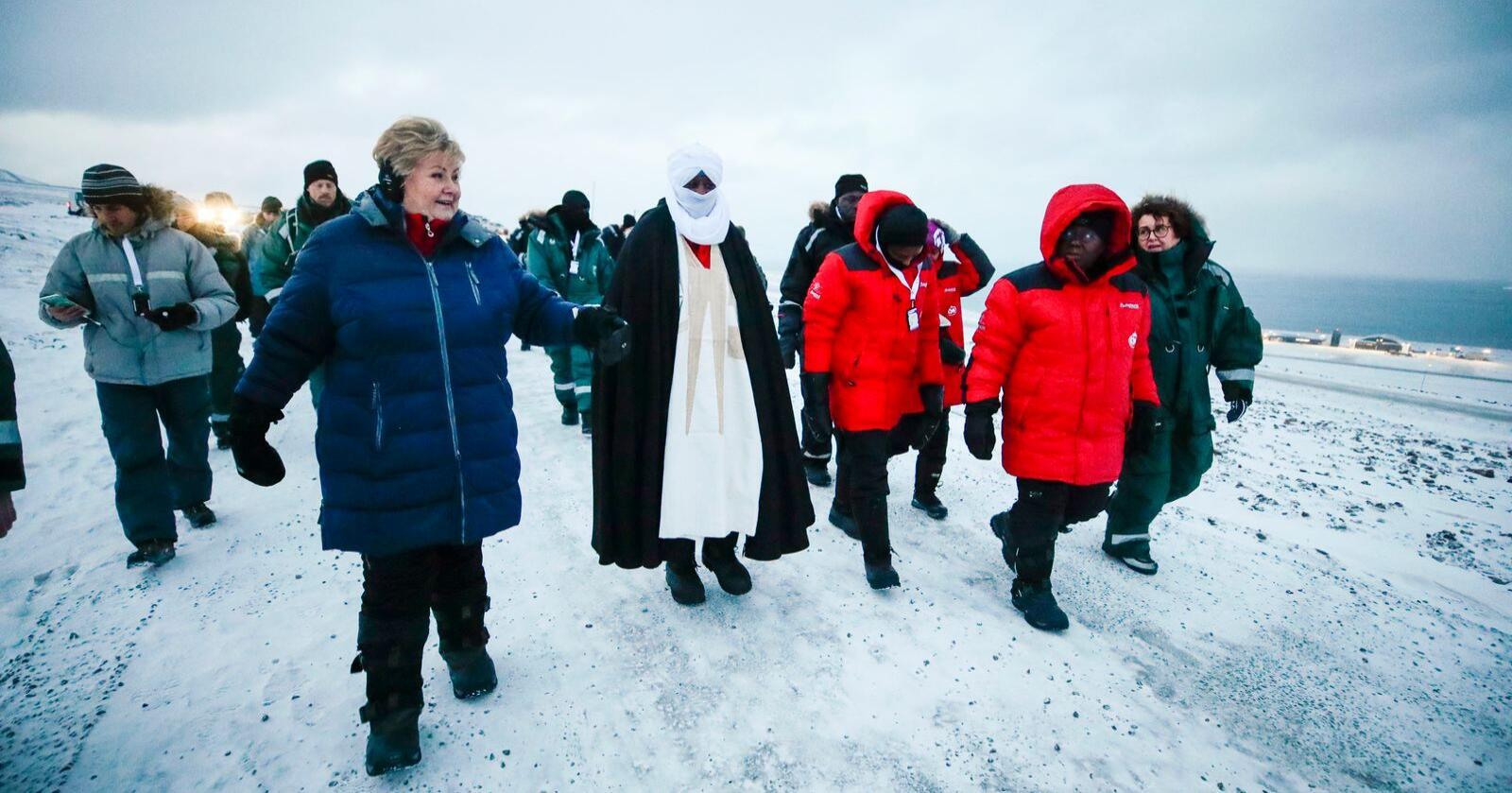 Statsminister Erna Solberg, landbruks- og matminister Olaug V. Bollestad (KrF) og Ghanas president Nanna Addo Dankwa Akufo-Addo (nr. to f.h.) besøkte tirsdag det globale frøhvelvet på Svalbard. Representanter fra mange land og universiteter kom samtidig til hvelvet med nye frø. Foto: Lise Åserud / NTB scanpix