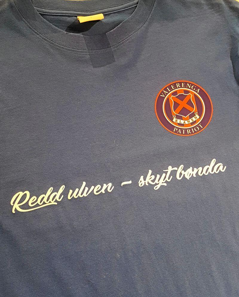 Selger en god del t skjorter og gensre fra spill og