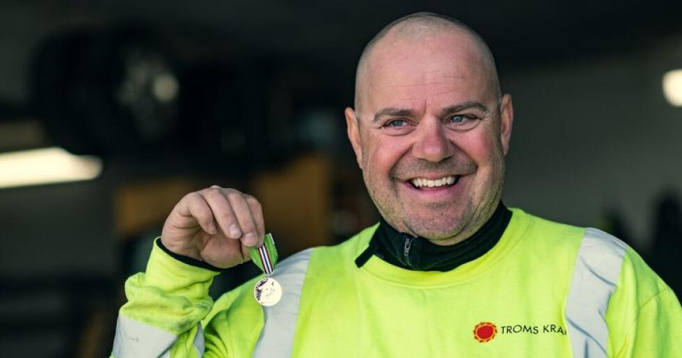 Carsten Tønnessen mottok Medaljen for lang og tro tjeneste etter 30 år hos Troms Kraft. Foto: Bård Gundersen