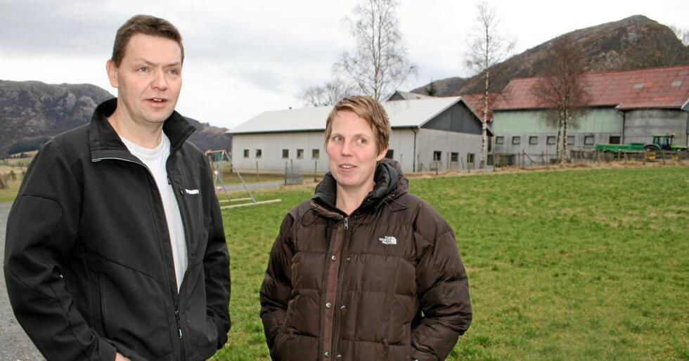 Åtvarar: Mjølkebøndene Marit Epletveit (t.h.) og Tarjei Gjesdal seier strengare krav til spreieareal kan gi lengre transport og meir klimautslepp. Foto: Bjarne Bekkeheien Aase