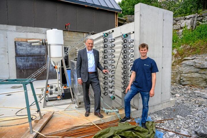 Dag Hjelle, t.v. og Rolf Olav Gjørven med de første bioreaktorene på Folven Gård, i september blir rørene fulle av grønne alger. Foto: Erling Fløistad, NIBIO.
