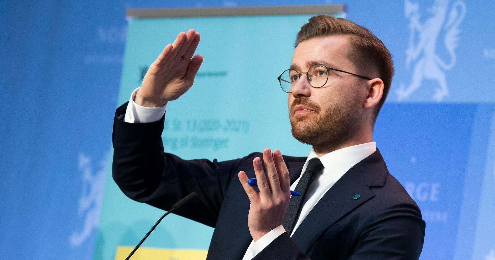 –  Jeg anbefaler folk som skal kjøpe ny bil å kjøpe elbil, både fordi det er bra for klimaet og for lommeboka, sier klima- og miljøminister Sveinung Rotevatn (V).  Foto: Berit Roald / NTB