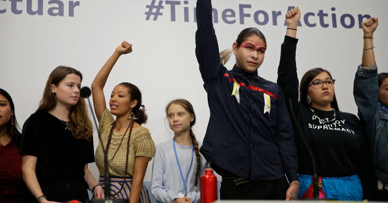 Klimaaktivist Greta Thunberg, i midten og i bakgrunnen, med andre unge aktivister for miljøet under COP25 i Madrid mandag. Foto: Andrea Comas / AP / NTB scanpix