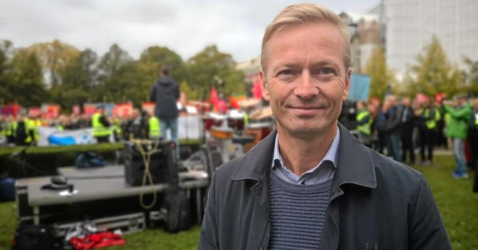 Stortingsrepresentant, Helge Orten (H) var på streikemarkeringa for å fortelle om hvorfor Høyre er for å bli med i EUs jernbanepakke. Foto: Jon-Fredrik Klausen.