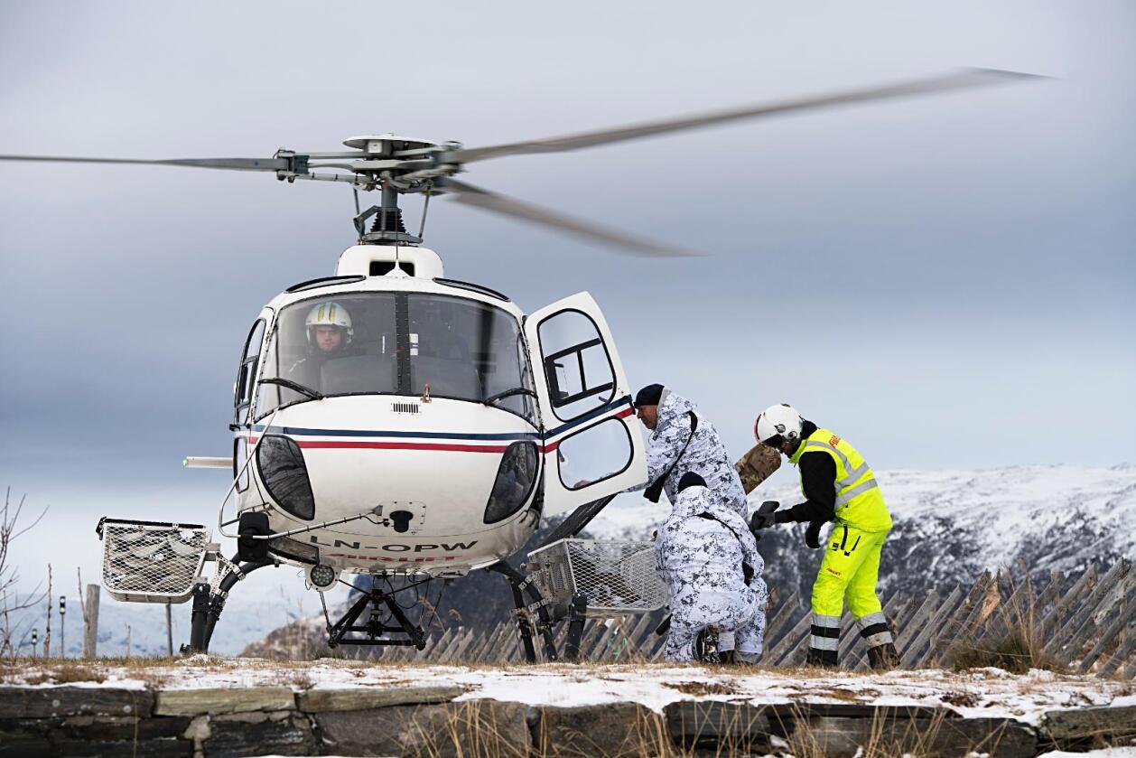 Jegerne ble fraktet ut med helikopter da den statlige nedslaktingen av villrein i Nordfjella startet tirsdag. Foto: Marit Hommedal / NTB scanpix