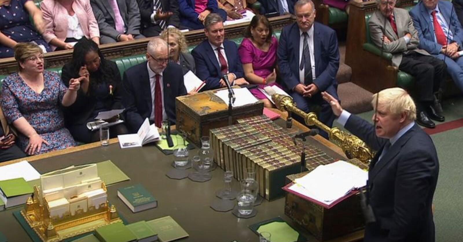 Statsminister Boris Johnson (stående til høyre) og opposisjonsleder Jeremy Corbyn (tvers overfor), gikk i verbal klinsj allerede i spørretimen midt på dagen. Utover ettermiddagen og kvelden onsdag blir det nye konfrontasjoner i kampen om den videre brexitprosessen. Foto: Underhuset / PA / AP / NTB scanpix