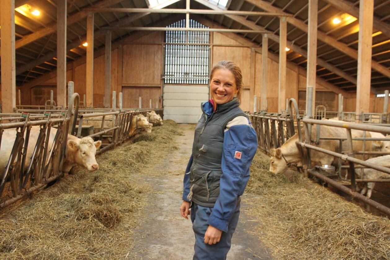 Anna Rathe driver med ammekyr og korn i Melhus. Hun mener Bondelaget må bruke sine politiske og juridiske krefter på å utarbeide et utkast til en standardkontrakt. (Foto: Camilla Mellemstrand)