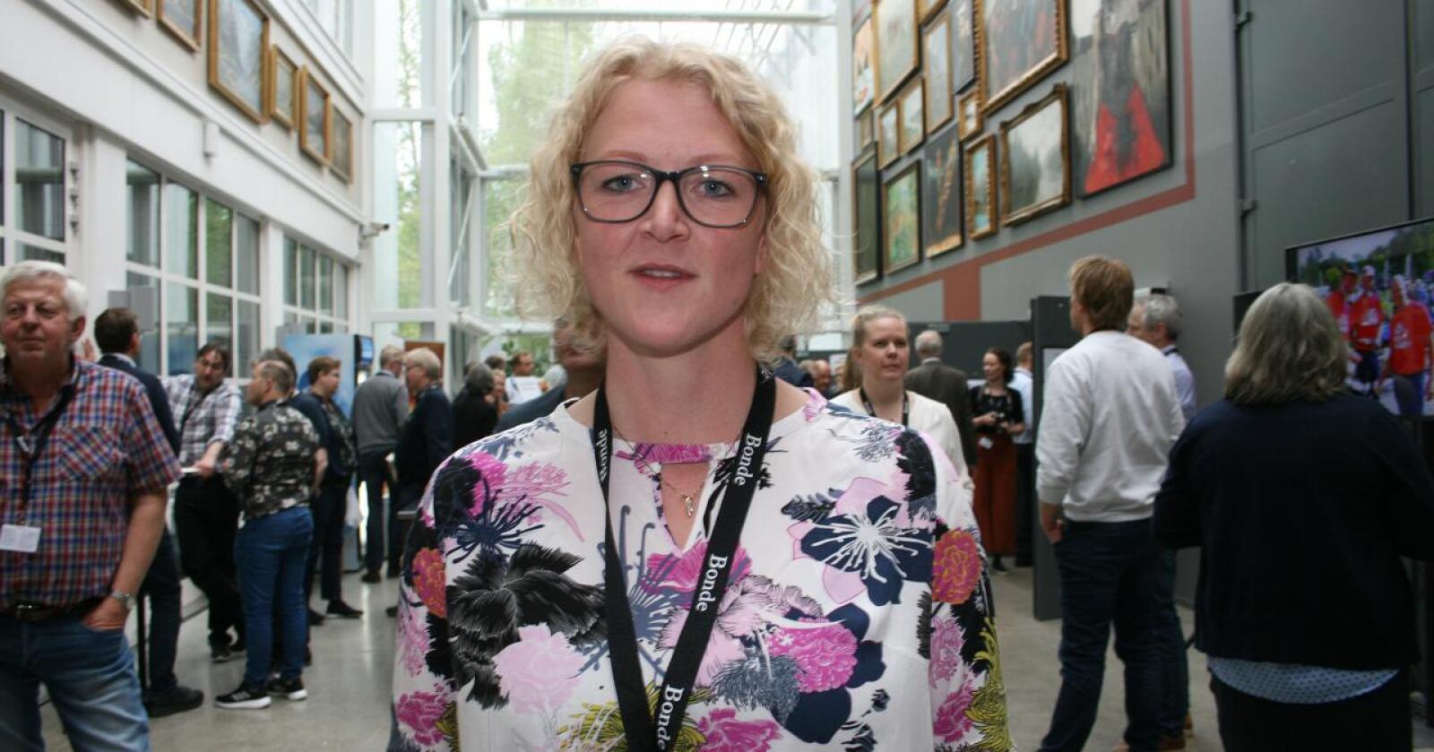 Audhild S. Slapgård, styremedlem i Norges Bondelag, mener at den årlige omdisponeringa av dyrka mark bør ned på 2000 mål. Foto: Bjarne Bekkeheien Aase