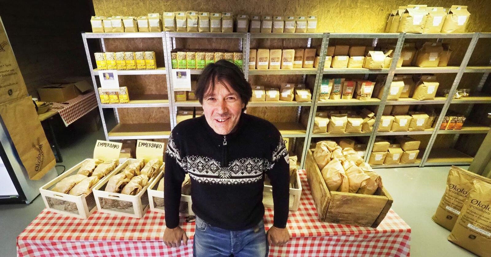 Daglig leder Rune Henninen selger korn til Norgesgruppen, Reko-ringen og har utsalg i butikk ved mølla. Alle foto: Siri Juell Rasmussen