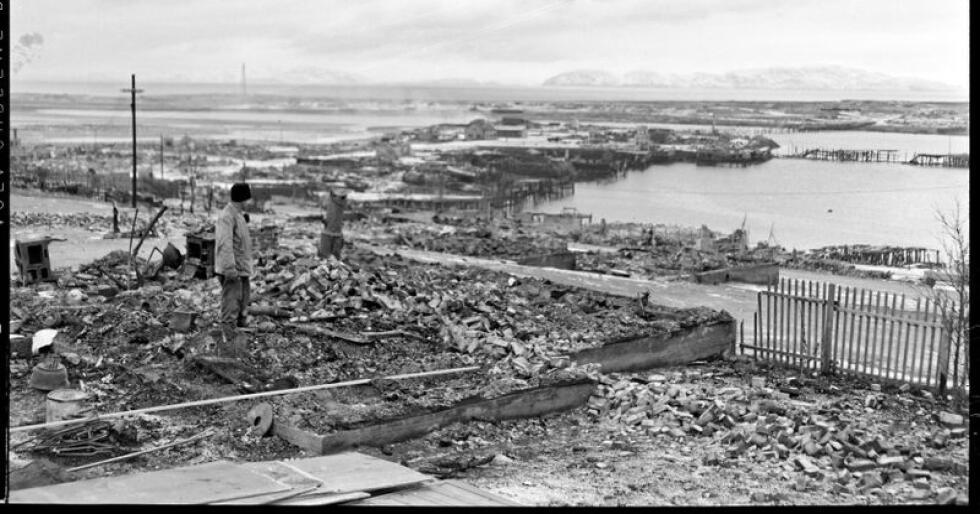 Bildeteksten fra 12. desember 1944: «Under sin retrett i Nord-Norge har tyskerne lagt alt øde etter seg. Selv de minste husene er blitt brent eller sprengt i luften og alle transportmidlene satt ut av funksjon. Bildet viser ruinene av forretningsstrøket i Vadsø.» Fotograf er trolig Ole Friele Backer. Foto: NTBs krigsarkiv scanpix