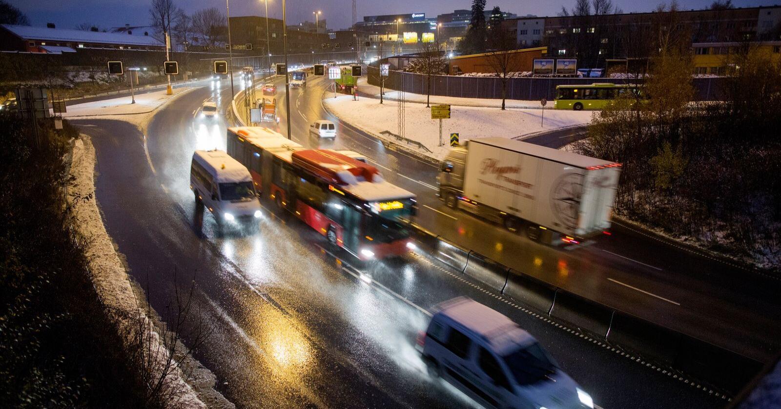 Det blir tett trafikk på dei store utfartsvegane ut av Oslo før helger og feriar, for vi likar å køyre sjølv når vi skal på hytta. Illustrasjonsfoto: Thomas Winje Øijord / NTB scanpix / NPK
