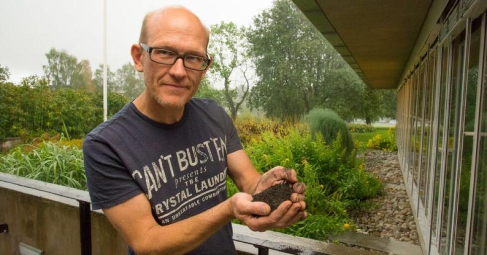 Erik Joner ved Nibio viser fram biokull, som han mener er en super måte å binde karbon i jorda på. (Foto: Erling Fløistad/Nibio)