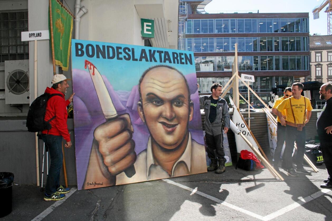 Lokallaget Omvikdalen Bondelag fra Hordaland hadde med seg dette graffitimaleriet med tittelen «Bondeslaktaren» da de kom til Oslo i forrige uke. Det er laget av kunstner Gaute Haugland. Foto: Bjarne Bekkeheien Aase