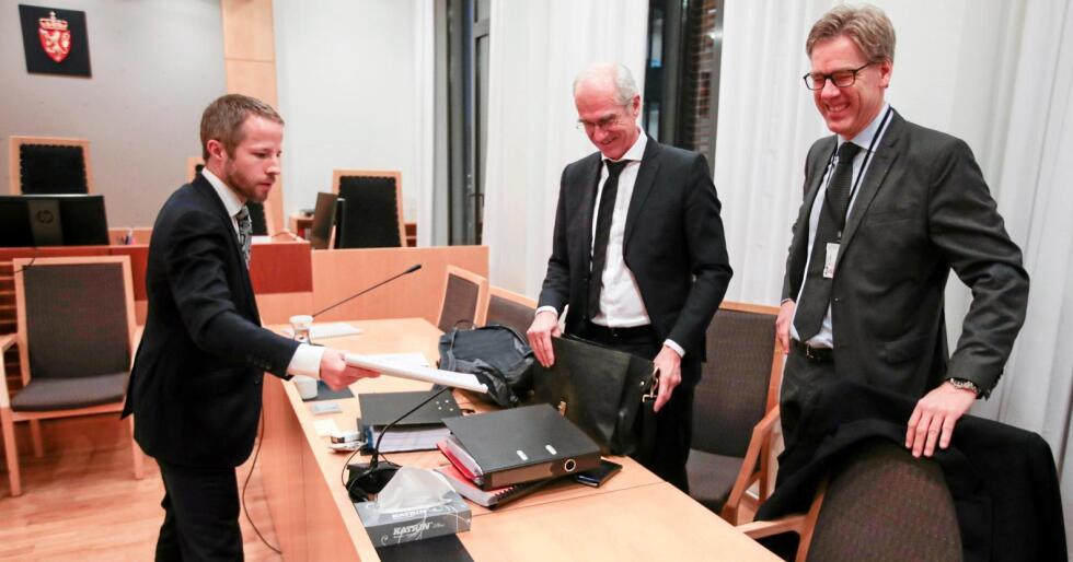 Torbjørn Lange (t.h.) og advokatane Carl Philip Funder Fleischer og Stein Erik Stinessen i Oslo tingrett. Foto: Lise Åserud.