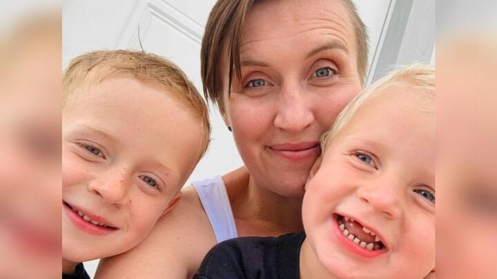 Ellen Moland med sønene Håvard (t.v.) og Saamund. Dei er begge to fødde i ambulansen på veg til sjukehuset. Foto: Privat
