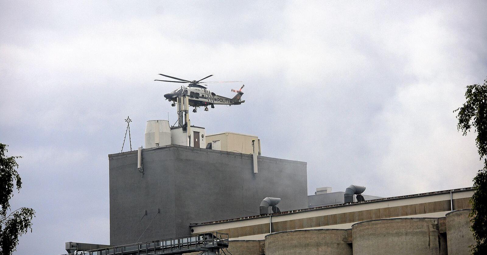 Politihelikopter over siloanlegget på Lena i Østre Toten. Foto: Jon Olav Andersen/Totens Blad / NTB scanpix