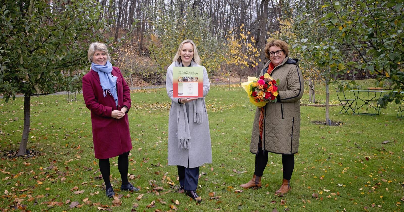 Prisvinner Torill Renaa sammen med Nina Sundqvist, adm direktør i Matmerk (t.v.) og statsråd Olaug Bollestad. Foto: Matmerk