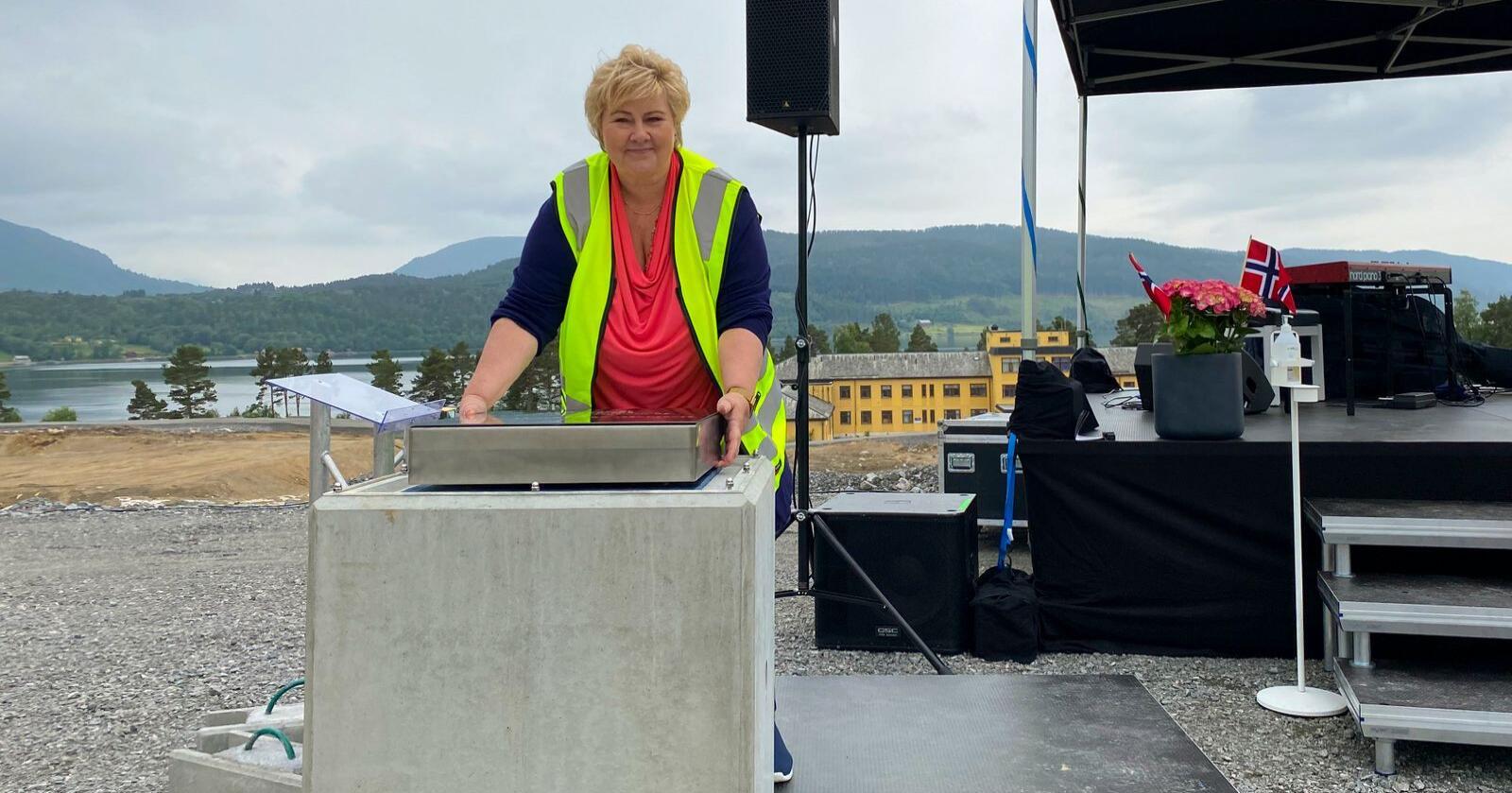 Statsminister Erna Solberg ned grunnsteinen for felles sykehuset for Nordmøre og Romsdal på Hjelset i MoldeFoto: Marit Heiene / Romsdals Budstikke / NTB