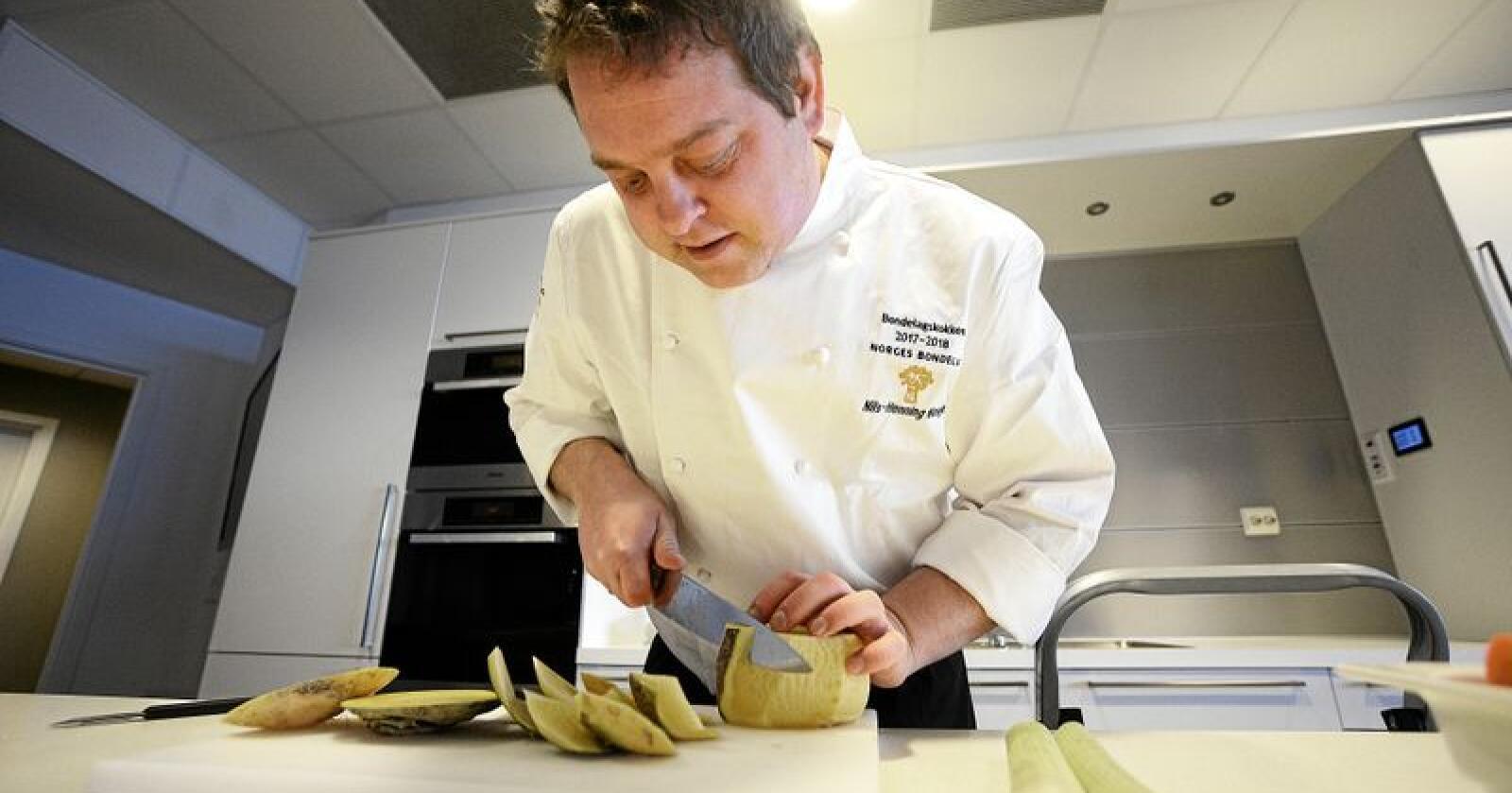 Nils-Henning Nesje er kjøkkensjef og selvutnevnt matpredikant med ekte kjærlighet for kortreist mat. Han har vore Bondelagskokk i 2017 og 2018. Foto: Siri Juell Rasmussen