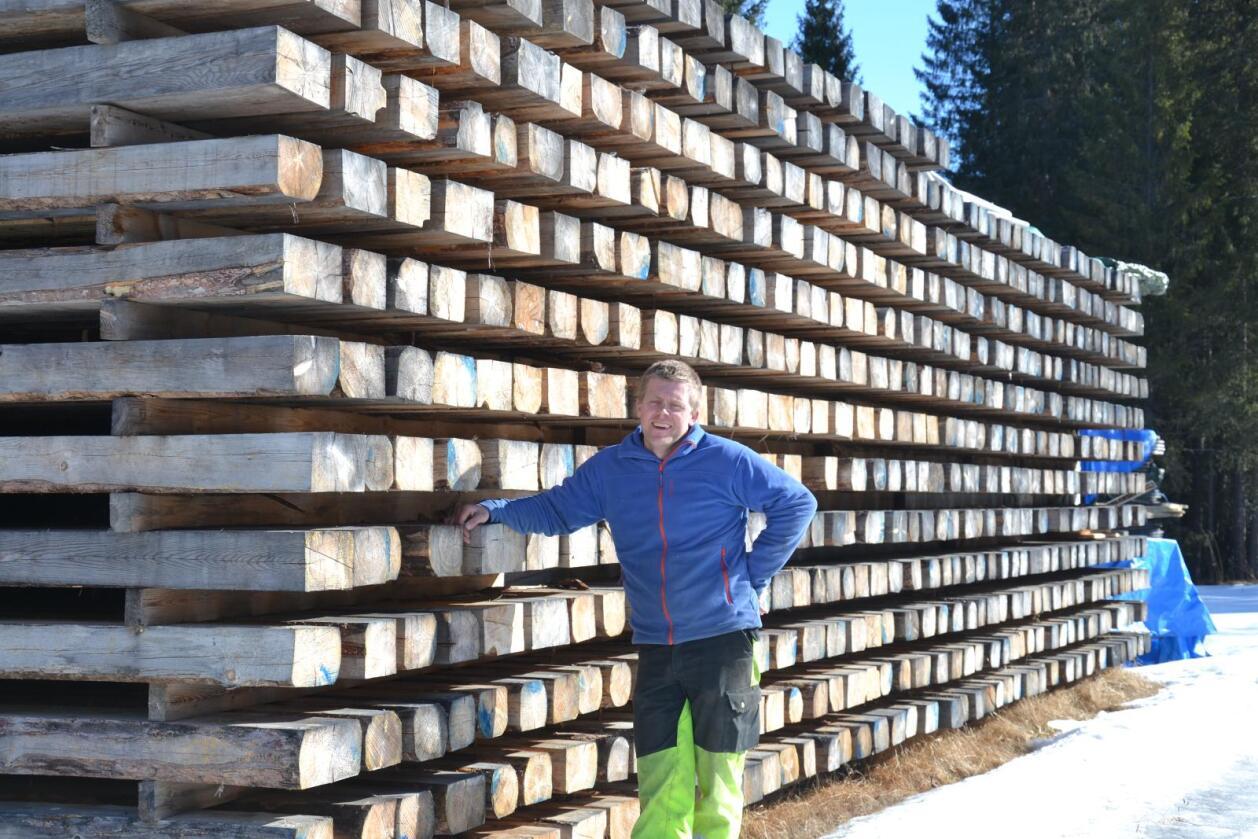 Det nye fjøset vil ha en grunnflate på 1885 kvadratmeter (29 x 65 meter), og det vil bli brukt tømmer fra egen skog i vegger, bærekonstruksjoner og i tak. – Dette er noe jeg har gått med planer om i lange tider, sier Ole Anders Hodnungseth.